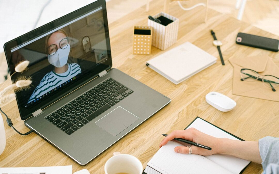 laptop z kobietą w maseczce